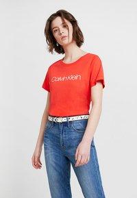 Calvin Klein - NEW NECK LOGO - Triko spotiskem - red - 0