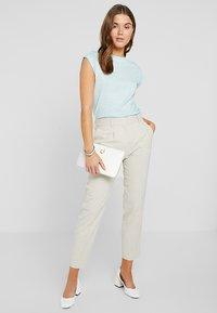 Calvin Klein - TEE OPEN NECK - T-shirt con stampa - white - 1