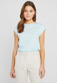 Calvin Klein - TEE OPEN NECK - T-shirt con stampa - white - 0