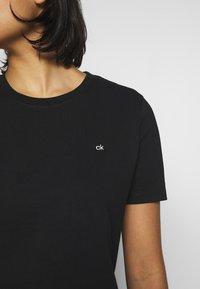 Calvin Klein - SMALL LOGO EMBROIDERED TEE  - Jednoduché triko - black - 4