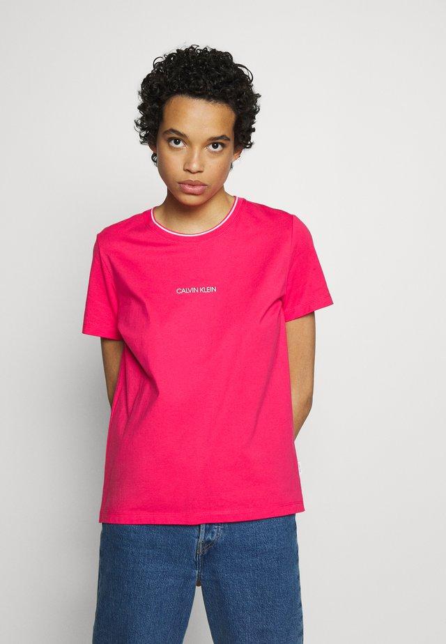 REGULAR FIT SMALL LOGO TEE - T-shirt imprimé - island pink