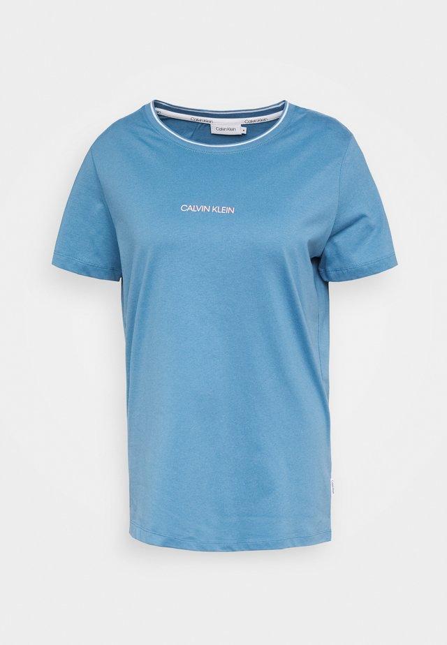 REGULAR FIT SMALL LOGO TEE - Print T-shirt - light blue