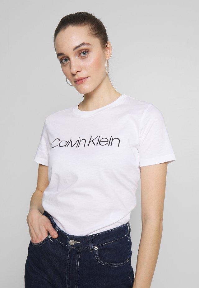 CORE LOGO CREW TEE - T-shirt med print - white