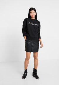 Calvin Klein - CORE LOGO - Sweatshirt - black - 1
