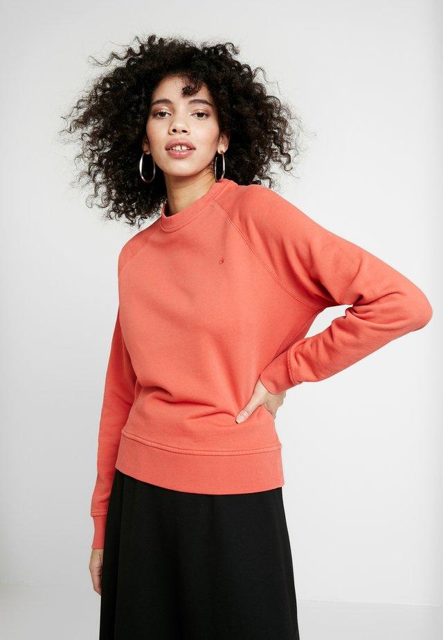 GARMENT DYE LOGO CREW NECK - Sweatshirt - red