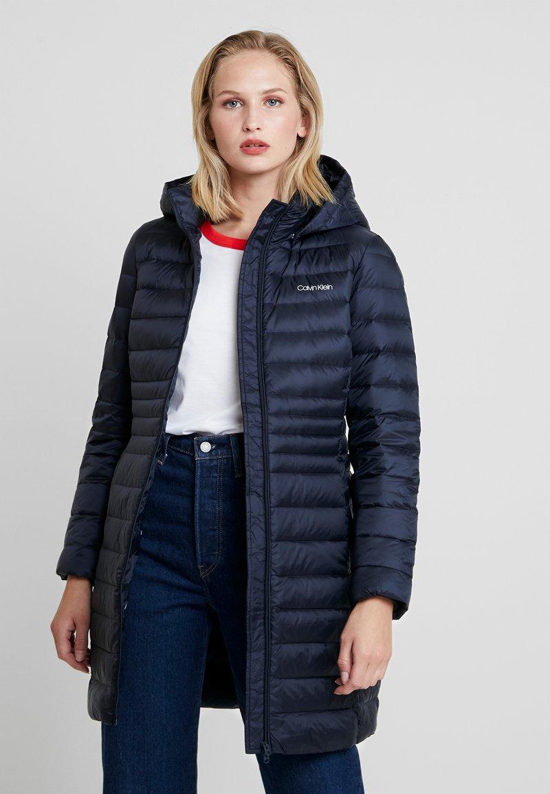 Calvin Klein - ESSENTIAL LIGHT COAT - Kabát zprachového peří - blue