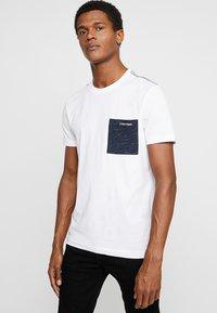 Calvin Klein - CONTRAST POCKET - Triko spotiskem - white - 0