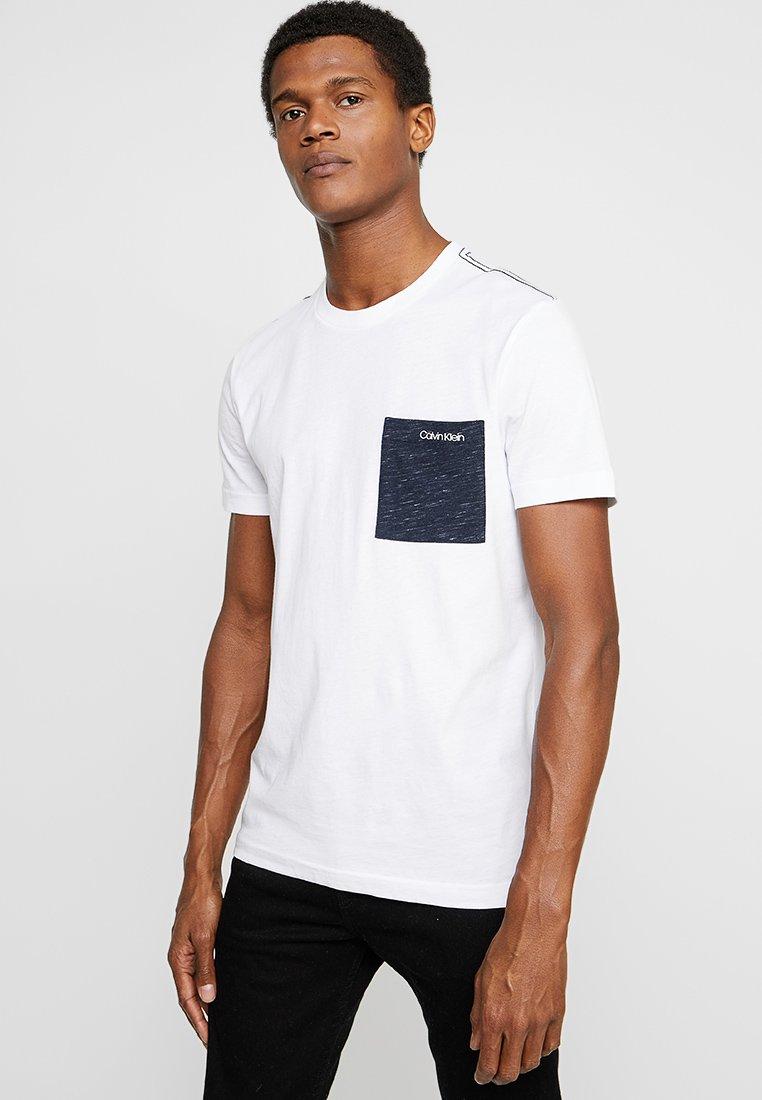 Calvin Klein - CONTRAST POCKET - Triko spotiskem - white