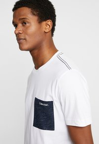 Calvin Klein - CONTRAST POCKET - Triko spotiskem - white - 4