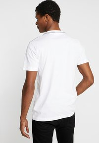 Calvin Klein - CONTRAST POCKET - Triko spotiskem - white - 2