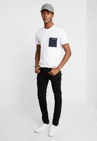 Calvin Klein - CONTRAST POCKET - Triko spotiskem - white - 1
