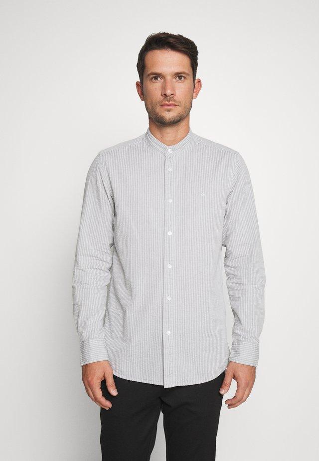 STAND COLLAR SEERSUCKER - Skjorta - grey
