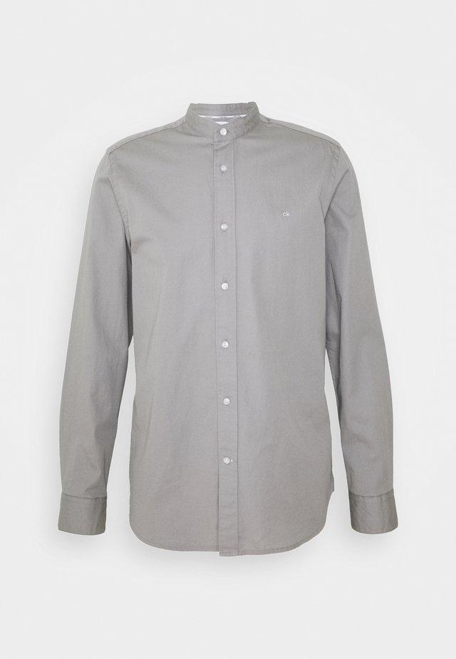 STAND COLLAR LIQUID TOUCH SHIRT - Overhemd - grey