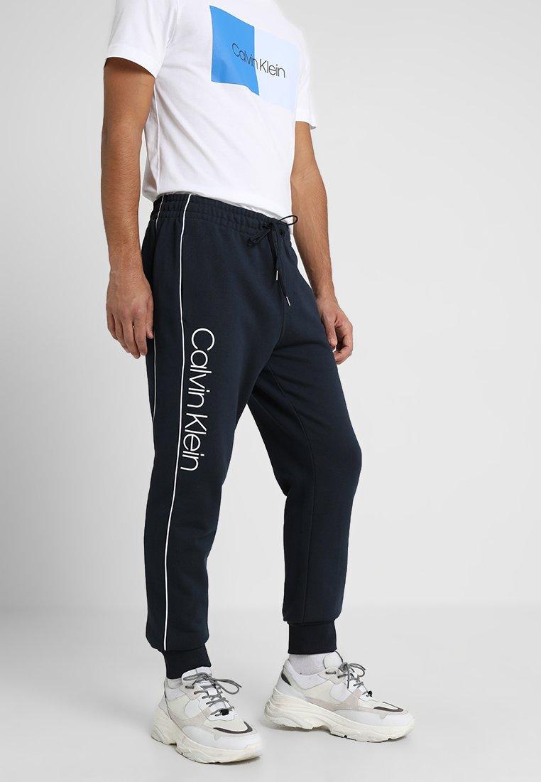Calvin Klein - LOGO PRINT - Pantalones deportivos - sky captain