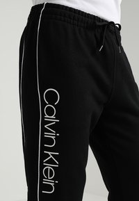 Calvin Klein - LOGO PRINT - Trainingsbroek - perfect black - 3