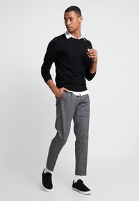 Calvin Klein - TAPERED FIT CHECK PANT - Stoffhose - black - 1