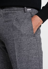 Calvin Klein - TAPERED FIT CHECK PANT - Stoffhose - black - 5