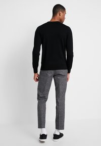 Calvin Klein - TAPERED FIT CHECK PANT - Stoffhose - black - 2