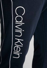 Calvin Klein - LOGO PRINT PANT - Spodnie treningowe - blue - 4
