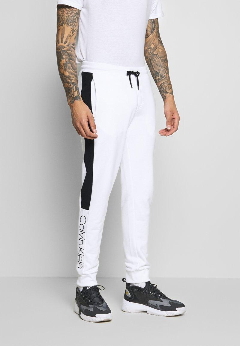 Calvin Klein - OGO STRIPE  - Trainingsbroek - white