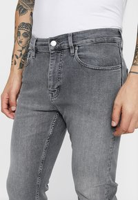 Calvin Klein - Džíny Slim Fit - grey denim - 5