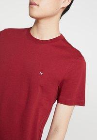 Calvin Klein - LOGO - Jednoduché triko - red - 4