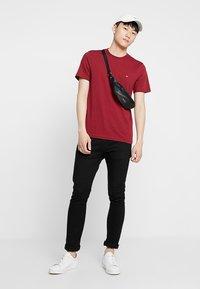 Calvin Klein - LOGO - Jednoduché triko - red - 1