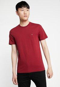 Calvin Klein - LOGO - Jednoduché triko - red - 0