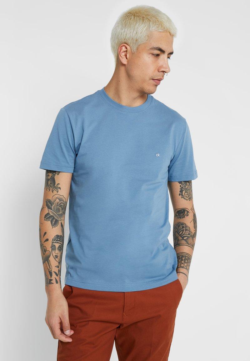 Calvin Klein - LOGO EMBROIDERY - T-shirts basic - blue
