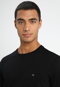 Calvin Klein - LOGO - Basic T-shirt - perfect black - 4