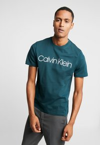 Calvin Klein - FRONT LOGO - T-shirt print - green - 0