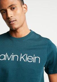 Calvin Klein - FRONT LOGO - T-shirt print - green - 5