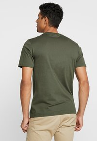 Calvin Klein - FRONT LOGO - T-shirt med print - green - 2
