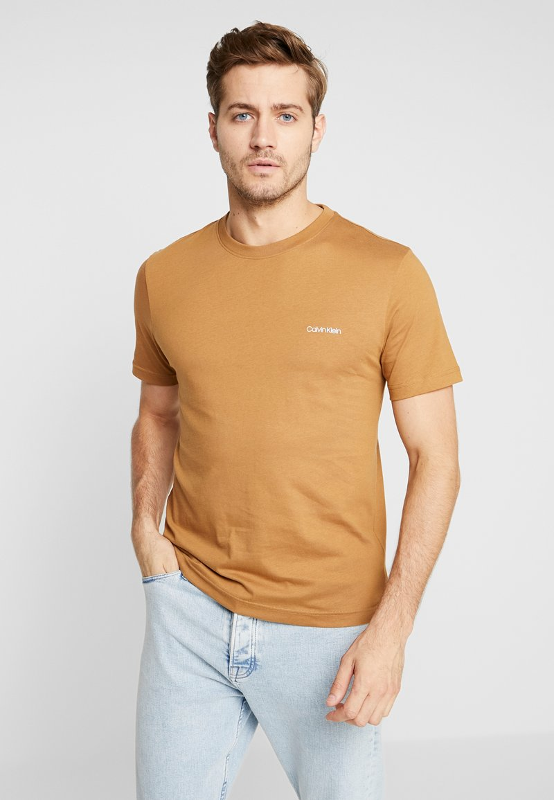 Calvin Klein - CHEST LOGO - Basic T-shirt - gold