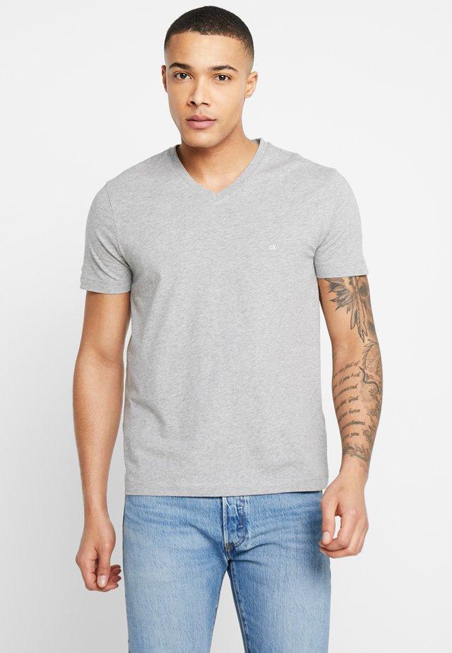V-NECK CHEST LOGO - T-Shirt basic - grey