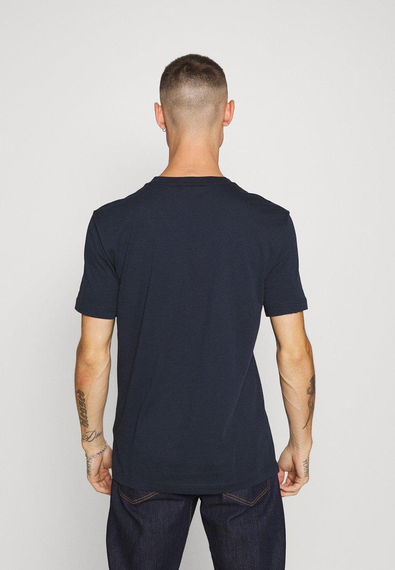 Calvin Klein V-NECK CHEST LOGO - T-shirt basic - blue iXoarl per la promozione