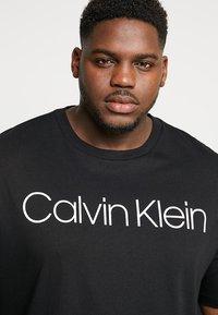 Calvin Klein - FRONT LOGO - Triko spotiskem - black - 4
