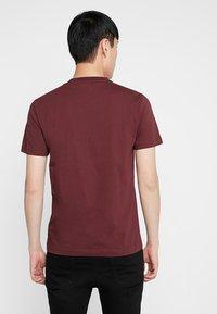 Calvin Klein - CONTRAST POCKET  - T-shirts med print - red - 2