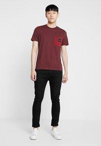 Calvin Klein - CONTRAST POCKET  - T-shirts med print - red - 1