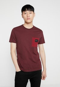 Calvin Klein - CONTRAST POCKET  - T-shirts med print - red - 0