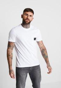 Calvin Klein - CONTRAST POCKET  - T-shirt con stampa - white - 0