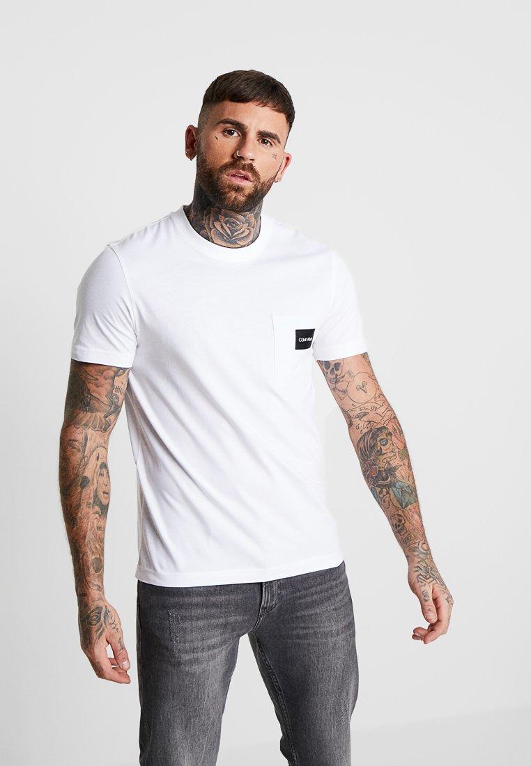 Calvin Klein - CONTRAST POCKET  - T-shirt con stampa - white