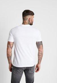 Calvin Klein - CONTRAST POCKET  - T-shirt con stampa - white - 2