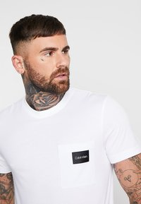 Calvin Klein - CONTRAST POCKET  - T-shirt con stampa - white - 4
