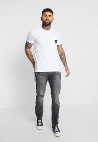 Calvin Klein - CONTRAST POCKET  - T-shirt con stampa - white - 1
