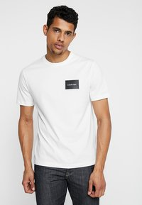 Calvin Klein - CHEST BOX LOGO - Triko spotiskem - white - 0