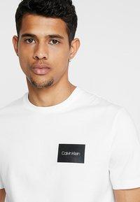 Calvin Klein - CHEST BOX LOGO - Triko spotiskem - white - 4