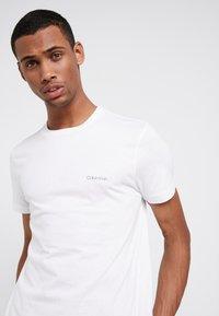 Calvin Klein - CHEST LOGO - T-shirts - white - 4