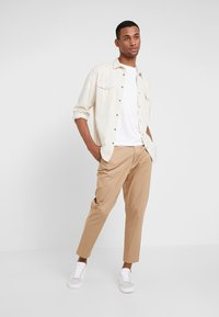 Calvin Klein - CHEST LOGO - T-shirts - white - 1