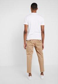 Calvin Klein - CHEST LOGO - T-shirts - white - 2